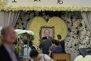 Hoa trắng rợp trời tại tang lễ 'võ lâm minh chủ' Kim Dung