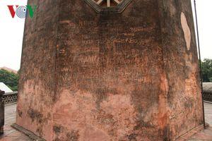 Thản nhiên vẽ bẩn, khắc bậy lên di tích, điểm tham quan ở Hà Nội