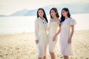 Hoa hậu Mỹ Linh diện đầm trễ vai xinh đẹp giao lưu với sinh viên