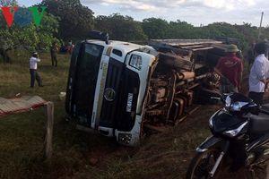 Lật xe tải chở cột điện làm 2 người tử vong