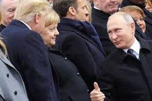 Clip: Cử chỉ 'ấm áp' Putin dành cho Trump tại lễ tưởng niệm ở Paris