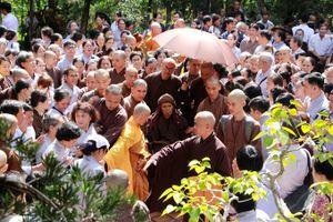 Thiền sư Thích Nhất Hạnh cùng tăng ni phật tử dâng hương ngày giỗ tổ chùa Từ Hiếu