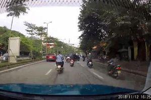 Vụ xe sang lùi vùn vụt trên phố Hà Nội: Sau khi đâm trúng xe máy, ô tô lùi mất kiểm soát rồi gây tai nạn liên hoàn
