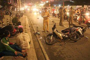 Ô tô tông một loạt xe máy ở Sài Gòn, nạn nhân nằm la liệt: 1 người chết tại chỗ, 4 người bị thương nặng