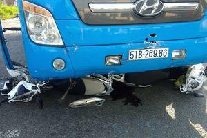 Xe khách tông nhiều xe máy đang dừng chờ đèn đỏ, 5 người bị thương