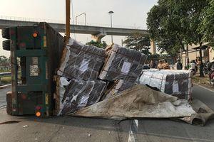 Xe container ôm cua lật nhào tại cầu vượt 'tử thần'