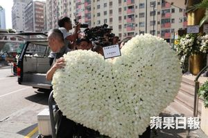 Vợ nhà văn Kim Dung đặt vòng hoa hình trái tim tiễn biệt chồng