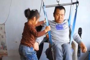 Cô bé 6 tuổi quay video kiếm tiền nuôi cha bị liệt