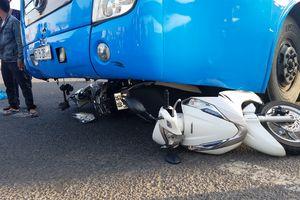Xe khách lùa 5 xe máy đang dừng đèn đỏ, 5 người bị thương