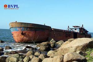 Cận cảnh một tàu vỏ thép sắp bị 'xẻ thịt' do mắc cạn tại biển Đà Nẵng