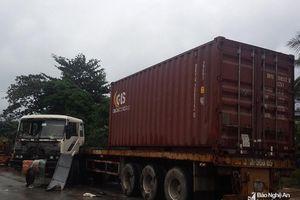 Va chạm xe tải, xe container hư hỏng nặng