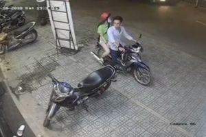 Đôi nam nữ bẻ khóa trộm xe máy nhanh như chớp ở Sài Gòn