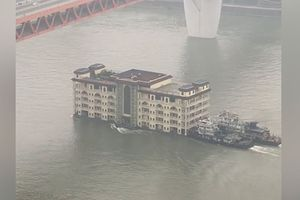 Kinh ngạc cảnh tượng nhà hàng 5 tầng trôi lững lờ trên sông