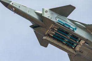 Trung Quốc phô trương tàng hình cơ J-20 chở đầy tên lửa
