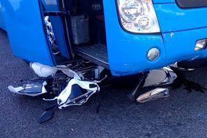 Ô tô tông hàng loạt xe máy dừng chờ đèn đỏ, 5 người bị thương