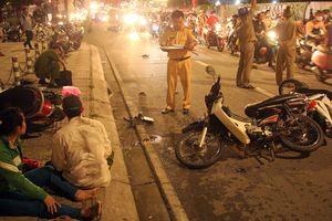 Ô tô 'điên' tông hàng loạt xe máy rồi lao xuống mương nước