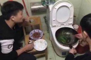2 nam sinh nấu ăn trên bồn cầu - Dân mạng 'ngẩn tò te' khi biết sự thật đầy bất ngờ