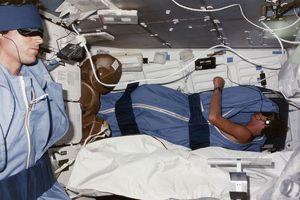 Muốn ngủ ngon ngoài vũ trụ, các phi hành gia bắt buộc phải mang theo những thứ này