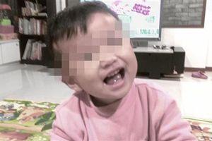 Bé 2 tuổi bị bỏ đói đến chết vì mẹ bận… đi chơi với bạn trai