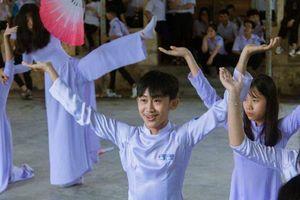 'Trà trộn' vào nhóm múa quạt nữ ai ngờ thần thái biểu diễn của nam thanh niên này lại được khen ngợi hơn cả