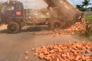 Đắk Lắk: Bị lập biên bản phạt, tài xế đổ hàng làm tắc nghẽn đường rồi bỏ đi
