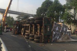 Container 'ôm cua' lật nhào giữa đường, người đi đường thoát chết trong gang tấc