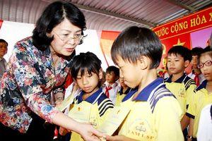 Phó Chủ tịch nước Đặng Thị Ngọc Thịnh trao quà cho các gia đình chính sách