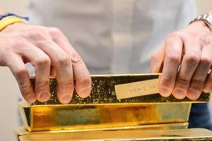 Đồng USD tăng mạnh kéo giá vàng thế giới sụt nhanh