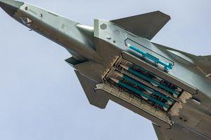 Chiến cơ tàng hình Trung Quốc 'khoe' tên lửa nhưng 'giấu nhẹm' động cơ
