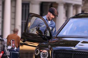 David Beckham diện sơ mi lịch lãm, vui vẻ xuống phố sau khi trở về Anh