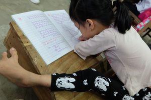 Cô bé 8 tuổi cụt tay viết chữ đẹp khiến nhiều người cảm phục