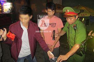 Gặp 141 CATP Hà Nội, nam thanh niên bỗng vứt xe máy để… chạy bộ