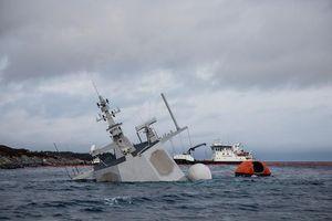 Na Uy bất lực nhìn tàu chiến chìm dần sau va chạm tàu chở dầu