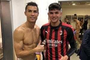 Thói quen chụp ảnh của Ronaldo báo hại Chiellini