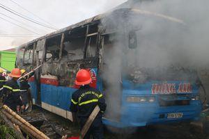 Xe khách bốc cháy dữ dội sau khi rời gara sửa chữa