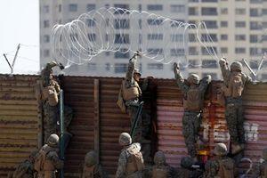 Mỹ giăng hàng rào dây thép gai chặn đoàn di cư đầu tiên