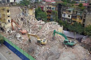 Clip: Phá dỡ chung cư bỏ hoang khiến nhiều người 'lạnh gáy' ở Hà Nội