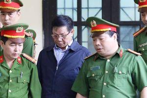 Đang xét xử, ông Phan Văn Vĩnh phải vào phòng y tế điều trị