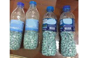 Bắt người nước ngoài cùng 4 chai nhựa chứa 1.913 viên ma túy