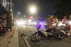 Xe 7 chỗ tông hàng loạt xe máy, cuốn nạn nhân vào gầm, tài xế bỏ trốn khỏi hiện trường