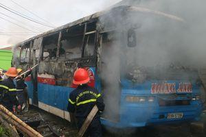 Ô tô bốc cháy sát khu dân cư, nhiều người hốt hoảng chạy khỏi nhà