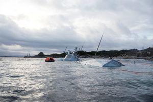 Chiến hạm Na Uy gần như chìm hẳn sau khi đụng tàu dầu