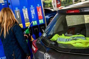 'Làn sóng áo vàng' phản ứng với mức thuế nhiên liệu của người Pháp