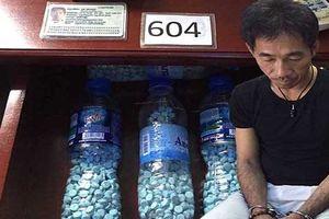 Giấu ma túy 'khủng' trong chai nước, gã ngoại quốc bị điều tra