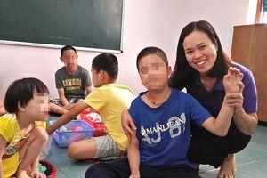 Cô giáo chỉ cười… khi bị học trò đánh