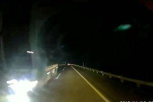 Hoảng hồn xe tải bật đèn pha, phóng ngược chiều trên cao tốc Hà Nội - Lào Cai
