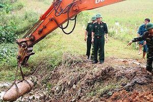 Hãi hùng bom khủng nặng 300kg nằm dưới kênh tiêu nước