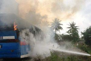 Xe ô tô bốc cháy dữ dội khi đỗ ngoài Gara chờ sửa chữa
