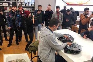 Nhóm thanh niên Nga gây sốc khi mang cả bồn tắm chất đầy tiền xu đi mua iPhone XS