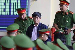 Ông Nguyễn Thanh Hóa bất ngờ đổ bệnh, tạm rời phòng xét xử
